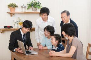 リフォームの説明を受ける家族