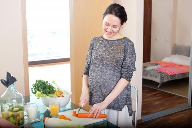 楽しげに料理をする女性